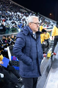 Head coach  of Udinese Luigi Del Neri looks on during the Serie A match between Udinese Calcio and Bologna FC at Stadio Friuli on December 5, 2016 in Udine, Italy.