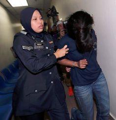 Halang konvoi Sultan Johor tukang masak dipenjara 5 bulan   Mahkamah Majistret di sini hari ini menjatuhkan hukuman penjara lima bulan terhadap seorang tukang masak selepas mengaku bersalah menghalang penjawat awam ketika mengiringi konvoi Sultan Johor Sultan Ibrahim Iskandar ke Mersing minggu lalu.  Tukang masak dipenjara 5 bulan halang konvoi Sultan Johor  Tertuduh Nur Haslinda Abdullah 29 mengaku bersalah selepas pertuduhan terhadapnya dibacakan di hadapan Majistret Mohd Azlan Shah Mohd…