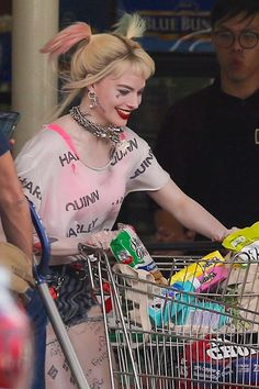"""""""📸 Margot Robbie as Harley Quinn on the """"Birds of Prey ( and the Fantabulous Emancipation of One Harley Quinn )"""" set in Los Angeles on April ✨"""" Joker Y Harley Quinn, Harley Quinn Drawing, Harley Quinn Cosplay, Arlequina Margot Robbie, Margot Robbie Harley Quinn, Margo Robbie, Birds Of Prey, Gotham, Harey Quinn"""