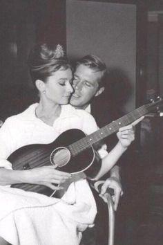 """Audrey Hepburn e George Peppard dietro le quinte, sul set di """"Colazione da Tiffany"""" -"""