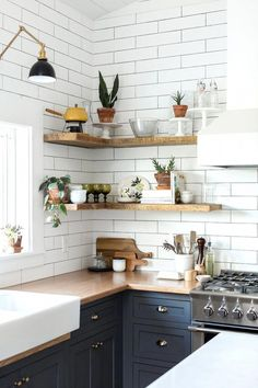 Find out how to design your own Kitchen. We have given the best Small Kitchen Remodel Ideas that Perfect for Your Kitchen. Eclectic Kitchen, Farmhouse Style Kitchen, Modern Farmhouse Kitchens, Home Decor Kitchen, Kitchen Interior, Home Kitchens, Kitchen Dining, Kitchen Small, Kitchen Modern