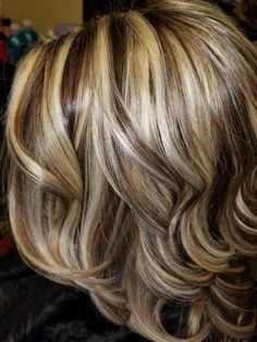 Intrigued with this hair color. Hair Highlights And Lowlights, Hair Color Highlights, Chunky Highlights, Caramel Highlights, Medium Hair Styles, Curly Hair Styles, Frosted Hair, Brown Blonde Hair, Hair Color And Cut