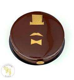 Pour fêter dignement tous les papas, voici un entremets chocolat café composé: -d'une mousse au chocolat noir -d'une crème brulée café -d'un moelleux au café -d'un croustillant praliné -d'un glaçage miroir cacao Superhero Logos, Blog, Voici, Camel