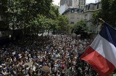 Varios centenares de personas se concentraron el mediodía del domingo frente a la embajada de Francia en la ciudad de Buenos Aires, Argentina. (AFP) 11 de enero de 2015, ataque terrorista al semanario Charlie Hebdo