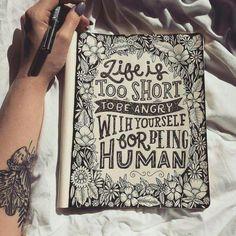 Desenho flores frase:A vida é muito curta para estar com raiva de si mesmo por ser humano