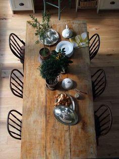 table rustique, table géante en bois et chaises industrielles autour