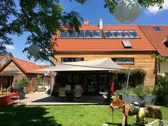 Flächen bis zu 85 m2 können mit einem automatisch aufrollbaren Sonnensegel Soliday C von ferobau erstellt werden, dazu ist es möglich per Smartphone das Ein- und Ausfahren sowie die Höhenverstellung einfach zu steuern. [FEROBAU]