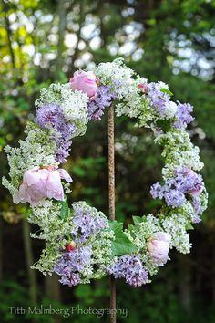 (via HWIT BLOGG: FLOWERS by titti & ingrid - Vacker vårkrans…)