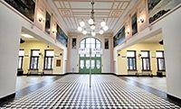 Przepięknie odnowiony, zabytkowy dworzec w Nowym Sączu