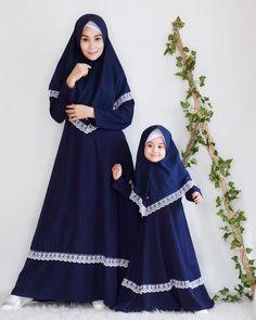 Model Gamis Couple Ibu dan Anak Muslim Modern Hijab Fashion, Muslim Women Fashion, Abaya Fashion, Dress Brokat Muslim, Muslim Dress, Baby Girl Dress Patterns, Baby Girl Dresses, Estilo Abaya, Hijab Style Tutorial