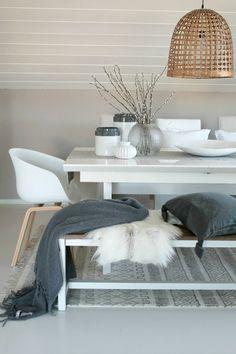 Liten hvit vase fra Tine-K/ Dagmar og me -Vaser med grå kant fra Kremmerhuset-Teppet fra Gulvex...