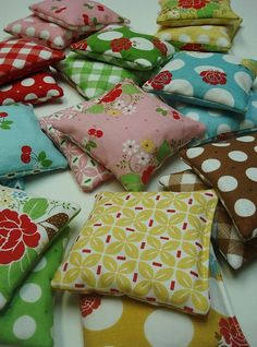 Learn how to make rice bags for hot or cold packs by Lori @ Bee In My Bonnet Blog; she rocks!