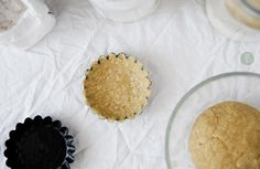 WEGAŃSKIE KRUCHE CIASTO BEZGLUTENOWE, JAGLANO-GRYCZANE, WERSJA SŁODKA I WYTRAWNA  WERSJA WYTRAWNA:      1 szklanka mąki jaglanej (150 g ) *     1 szklanka mąki gryczanej (150 g) **     2 łyżki skrobi ziemniaczanej     100 g bezzapachowego oleju kokosowego     1/2 łyżeczki różowej soli himalajskiej     1/3 - 1/2 szklanki zimnej wody     szczypta kurkumy