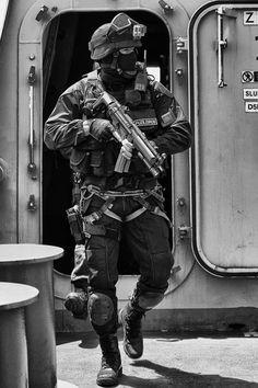Military Armor, Military Gear, Military Police, Special Forces Gear, Military Special Forces, Airsoft, Call Of Duty Black, Military Photos, Modern Warfare