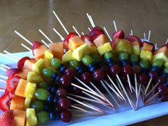 Petiscos que decoram: Frutas diversas no palitinho.