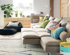 """SÖDERHAMN Sitzelemente mit Bezug """"Replösa"""" in Beige zusammengruppiert. Zusätzlich im Raum: Sitzsack, Teppiche, Ablagetisch und Leuchten."""