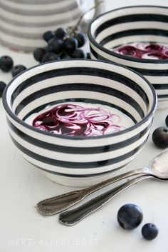 Stripes at breakfast. Love these bowls. White Houses, Decoration Table, White Decor, Black White Stripes, Artisanal, Kitsch, Dinnerware, Home Accessories, Sweet Home