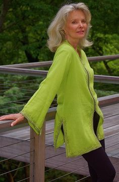Silver hair requires maintenance grooming to prevent looking frumpy. But do that, and it looks wonderful! Mature Fashion, Over 50 Womens Fashion, Fashion Over 50, Fashion Tips, Fall Fashion, Advanced Style, Ageless Beauty, Going Gray, Aging Gracefully