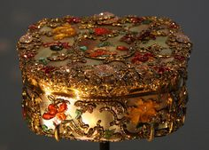 Snuffbox (1765) from Frederick the Great of Prussia's extensive collection. Oooh! Look at all the jewels. Luscious!