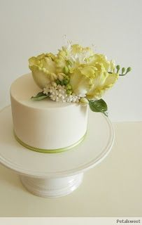 Parrot tulips and freesia blossoms mixed with lots of buds and filler flowers - single tier cake - by Petalsweet