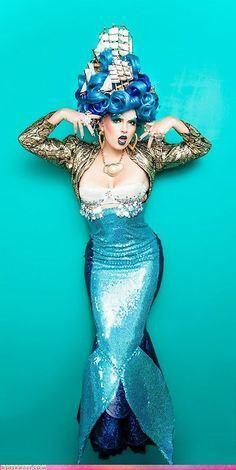 Style Could Kill: Naughty Nautical Great mermaid costume. Love the ships in the hair! Love the ships in the hair! Soirée Halloween, Halloween Costumes, Couple Halloween, Halloween Mermaid, Pirate Costumes, Halloween Fashion, Karneval Diy, Priscilla Queen, Sea Costume