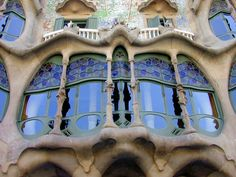 A Arte Nova difunde-se sendo que em cada núcleo é miscigenada com as culturas locais. Este impulso renovador que é dado a ver com a linguagem ocidental é misturado com linguagens locais criando híbridos - Em Espanha a arte nova une-se ao estilo de Gaudí.