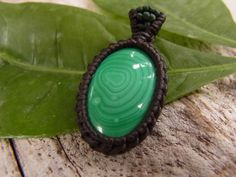 How to a macrame knot wrap malachite stone pendant. This tutorial shows how to wrap a Stone easily With this style you can make your own amulets, pendants or necklaces, also you can wrap a coins or anything else. Its easy to make and suitable for kids and Macrame Jewelry Tutorial, Macrame Necklace, Macrame Bracelets, Diy Jewelry, Jewelry Making, Jewlery, Collar Macrame, Crochet Stone, Stone Wrapping