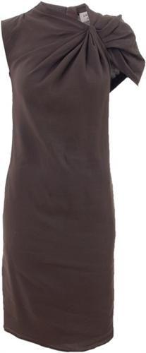 vestido de linho e viscose com ombro diferenciado.