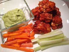 """Vegan Latino: Alitas de """"pollo"""" picantes (de coliflor) y aderezo ranchero de aguacate (receta vegana y sin gluten)"""