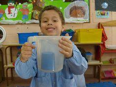 A VECES EL AGUA NO MOJA. imagen 3. Metemos el vaso dentro de una jarra y la llenamos de agua. ¿Se mojará la bola?