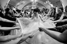 Eu adoro estas fotos com o vestido, demais né? A Lygia e seu modelo lindo assinado pelo estilista @flaviomirandaatelier pelas lentes do querido @antoniofelixfotografia, mais uma imagem do casamento belíssimo que te aguarda no blog ❤ . #DiaDdaLygia hoje no www.meudiad.com.br (LINK NA BIO)
