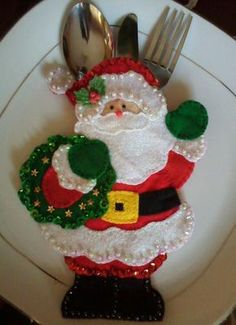 Christmas cutlery holder with patterns Author manualidades navidenas anafer Make yourself beautiful decorative pieces in felt for this C. Christmas Makes, Christmas Art, Handmade Christmas, Christmas Holidays, Felt Decorations, Christmas Table Decorations, 242, Theme Noel, Felt Christmas Ornaments
