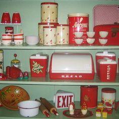 I look vintage red kitchen items Retro 50, Deco Retro, Retro Home, Red And White Kitchen, Red Kitchen, Kitchen Items, Kitchen Stuff, Rooster Kitchen, Cherry Kitchen