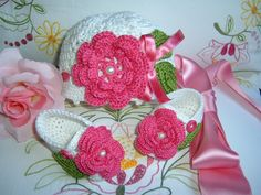 Items similar to Supplement to the newly formed composed of hat and shoes made by hand crocheted white cotton with Fuchsia roses applied on Etsy Cotton Hat, Cotton Crochet, White Cotton, Crochet Baby, Mode Crochet, Crochet Fashion, Girl Outfits, Delicate, Etsy Shop
