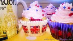 Maliny w towarzystwie białej czekolady w pysznych cupcakes.