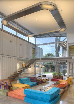 inspirierende ideen für ein schönes zweistöckiges haus ein zimmer mit treppe und blauen, gelben und orangen sofas