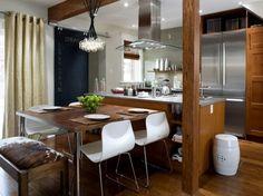Dit zou wel kunnen passen, leuk idee voor kleine keuken/ woonkamer mooie combi hout met wit en staal. Hout iets te donker, mag ook nog wel leuk contrast in komen, bijvoorbeeld in de stoelen, die in het woonkamerdeel steken.