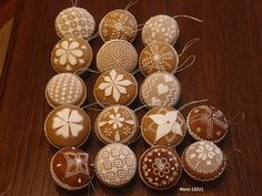 Torty vianočné, galéria | Torty od mamy Holiday Cookies, Royal Icing, Cake Cookies, Gingerbread Cookies, Hand Embroidery, Cake Decorating, Christmas Crafts, Shapes, Holiday Decor