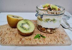 Granola maison aux kiwis Kiwi, Granola, Menu, Oatmeal, Breakfast, Food, Sunflower Seeds, Menu Board Design, Meal