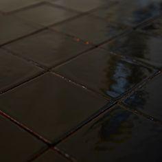 Płytki ścienne 10x10, czarne. Płytki rustykalne glazurowane to płytki ceramiczne pochodzące z rodzinnej manufaktury Rogiński Warsztat Artystyczny. Płytki wykonywane są ręcznie z wysokiej jakości masy klinkierowej, a następnie szkliwione.