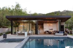 This Can-Do Pool House Cleverly Goes From Private to Party Mode Built to weather a harsh, mountain climate, this sleek pool house in Park City, Utah, transitions easily from private guesthouse to party central. Pool House Designs, Backyard Pool Designs, Backyard Patio, Backyard Ideas, Modern Pool House, Modern Pools, Small Pool Houses, Modern Exterior, Exterior Design