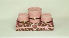 Reciclando Latas e Caixa de Sapato Tin Can Crafts, Altered Tins, Outdoor Projects, Recycling, Decorative Boxes, Tin Cans, Canning, How To Make, Pink