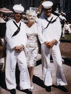 Marilyn Monroe with sailors!