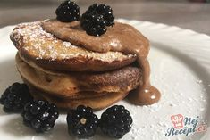Fantastické špaldové lívance s domácími ostružinami | NejRecept.cz Pancakes, Food And Drink, Breakfast, Fitness, Recipes, Basket, Morning Coffee, Recipies, Pancake