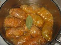 SARME: uno dei piatti più famosi e apprezzati della cucina serba e da me adorato. Involtini di carne in foglie di cavolo acido cucinati nel sugo. DIVINO! http://www.turismoinserbia.it/cucina/sarme/