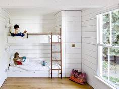Tiny House on Sauvie Island designed by Jessica Helgerson Interior Design. This would be perfect for Ayden jenna if we decide to do tiny house before they leave home Bunk Beds Built In, Modern Bunk Beds, Kids Bunk Beds, Loft Beds, Tiny House Living, Home And Living, Cottage Living, Living Room, House 2