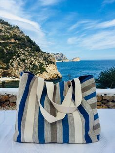 Bolso azul lino Bag Quilt, Best Beach Bag, Crochet Beach Bags, Crochet Shoulder Bags, Handmade Bags, Handmade Handbags, Diy Handbag, Jute Bags, Boho Bags