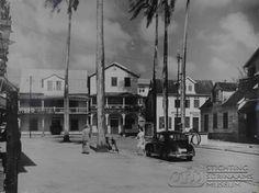 Blik op de Watermolenstraat gezien vanuit de Hofstraat. Datum: Locatie: Paramaribo, Suriname Vervaardiger: Inv. Nr.: 20-136 Fotoarchief Stichting Surinaams Museum