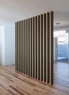 перегородка из деревянных стоек - разделитель пространства