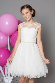 Konfirmations kjolen Swan fra Sandberg Designs år 2017 kollektion. En rigtig fin prinsesse kjole, til pigen der ønsker tyl og blonder. Kjolens overdel er en fin blonde omkring halsen, sammensat med et fyldigt tyl skørte, som gør kjolen helt speciel til den store dag.
